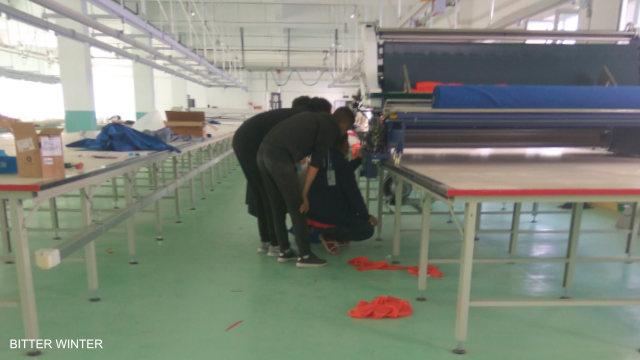 I lavoratori preparano e collaudano i macchinari in un stabilimento