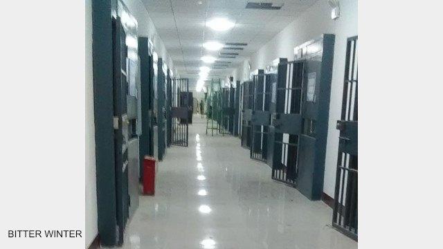 Vista interna dell'edificio adibito a dormitorio : ogni stanza è chiusa da doppie porte di ferro, proprio come una prigione