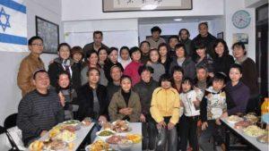 I membri della comunità ebraica di Kaifeng si incontrano per una cena (Per gentile concessione di SJI)