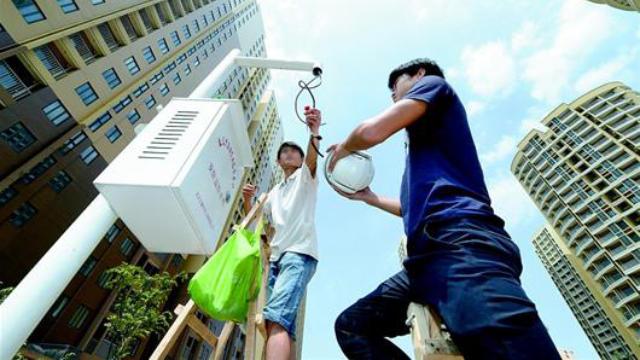 I lavoratori stanno installando telecamere di sorveglianza