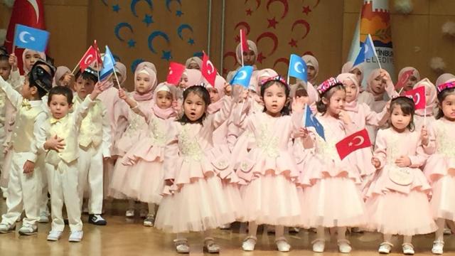 """Bambini uiguri, molti di loro """"orfani"""", ad una festa di Ramadan a Istanbul"""