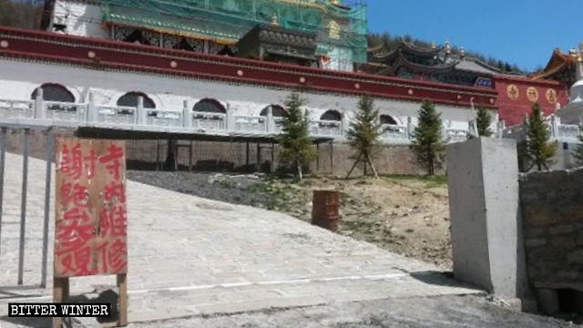 All'ingresso del tempio di Jixiang è stato affisso un cartello con su scritto «Vietato l'ingresso manutenzione del tempio in corso»