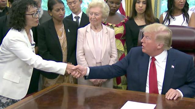 Il presidente Trump incontra Zhang Yuhua, praticante del Falun Gong, sopravvissuta alla tortura (per gentile concessione di The Epoch Times)