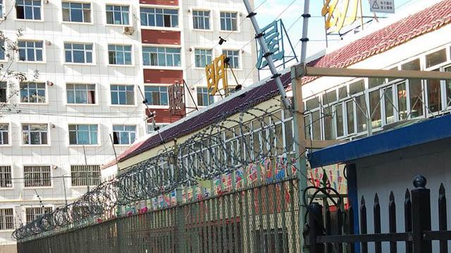 Nello Xinjiang le scuole sono molto simili a carceri. Foto di un visitatore italiano