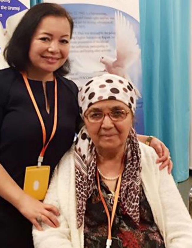 La traduttrice di The Land Drenched in Tears, Rahima Mahmut, scrittrice e musicista uigura in esilio, con l'autrice del libro, Söyüngül Chanisheff