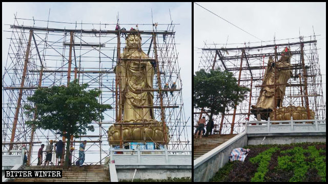 Gli operai montano i ponteggi attorno alla Guanyin del tempio Qingguo; la statua è stata presto abbattuta